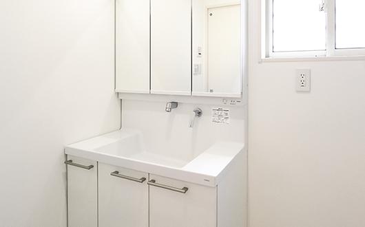 ギャラリー画像:白で統一された清潔感が高い洗面所