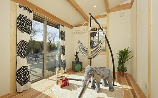 ギャラリー画像:木の温もりとたっぷりの日差しが差し込む居室