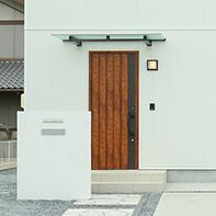 シャープなフォルムの玄関庇